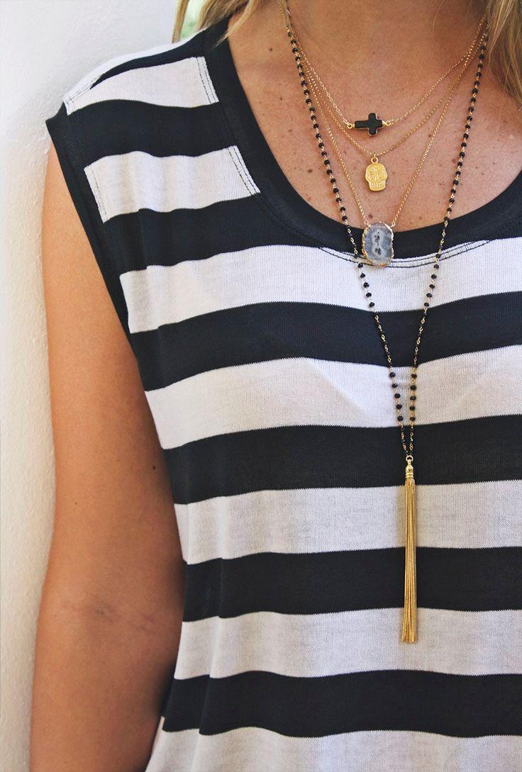 """Colares delicados em diversos comprimentos faz as vezes de um colarzão, mantendo feminino e formando um """"V"""" super alongador"""
