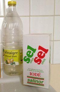 désherbant naturel : cinq litres d'eau, un kilo de sel iodé, deux cents ml de vinaigre blanc.
