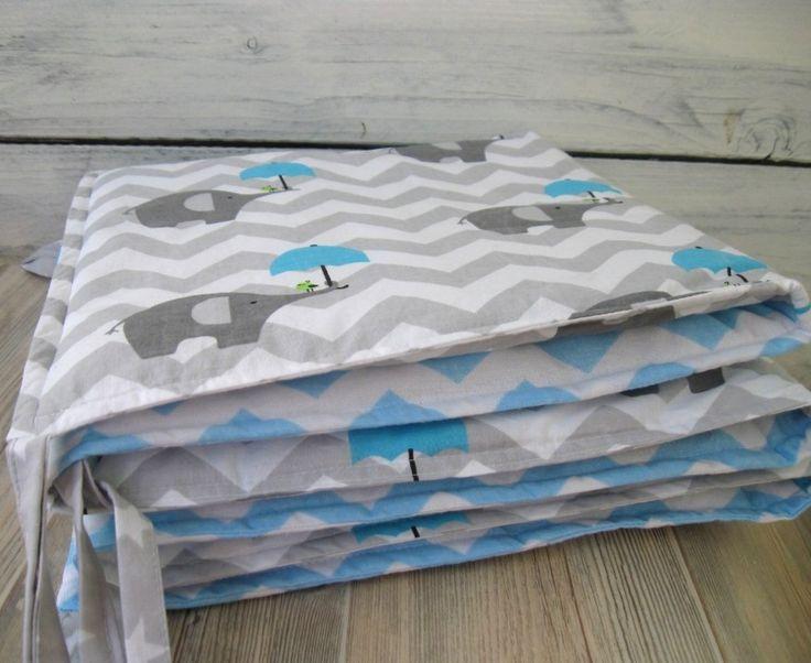 Mantinel šedomodrý Mantinel z bavlněných látek do dětské postýlky, rozměr 30*180 cm - šest čtverců (30*30 cm), přičemž se střídá čtverec s motivem modrého chevronu se čtvercems motivem šedého chevronu se slony s paraplíčky. Obě strany jsou totožné. K uvázání slouží sedm párů šňůrek nahoře a čtyři páry dole. Uvnitř vysokogramážní polyesterové ...