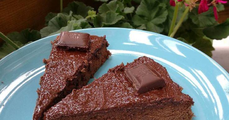 Mennyei Sós csokitorta cukor és liszt nélkül recept! Gyors és könnyű recept. Egy finom ebéd után, egy vékony szelet bőven elég. 😉