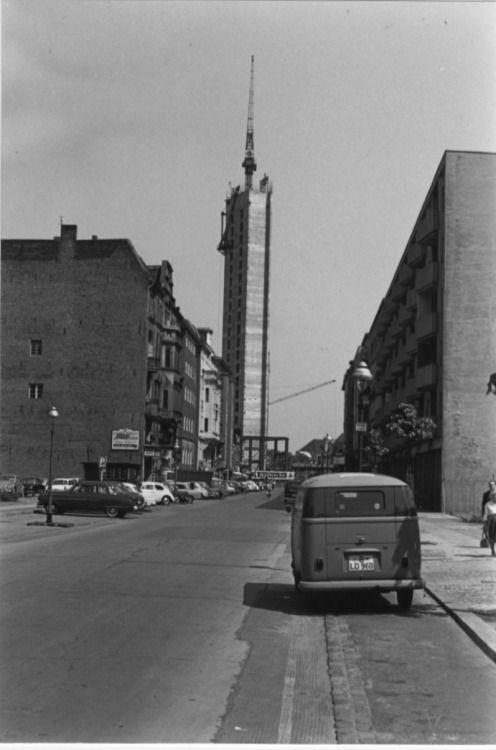 BERLIN 1963-64, Marburger Straße mit Blick auf den im Bau befindlichen Fahrstuhlschacht des Europacenters (ebenfalls noch im Bau), Foto: Heike Taschner