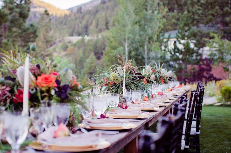Love that the long table set up in special events is trending. Pair it with family style dinners and you have a wonderful interaction at dinner. Swoon!