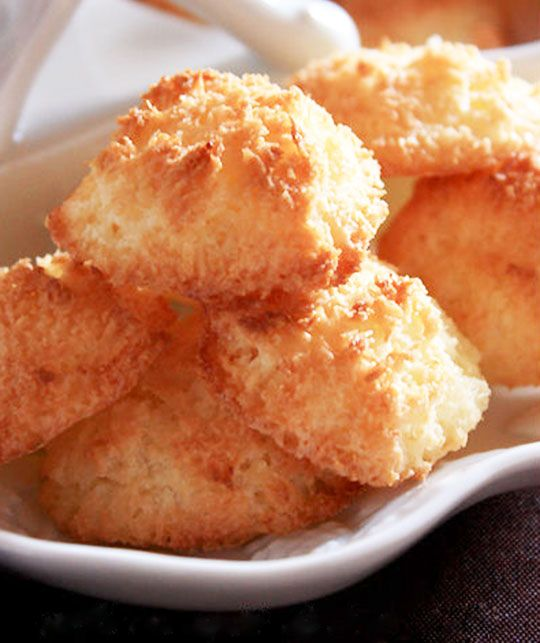 Coconut macaroons with fresh grated coconut, eggs and sugar. CLICK HERE to discover the recipe