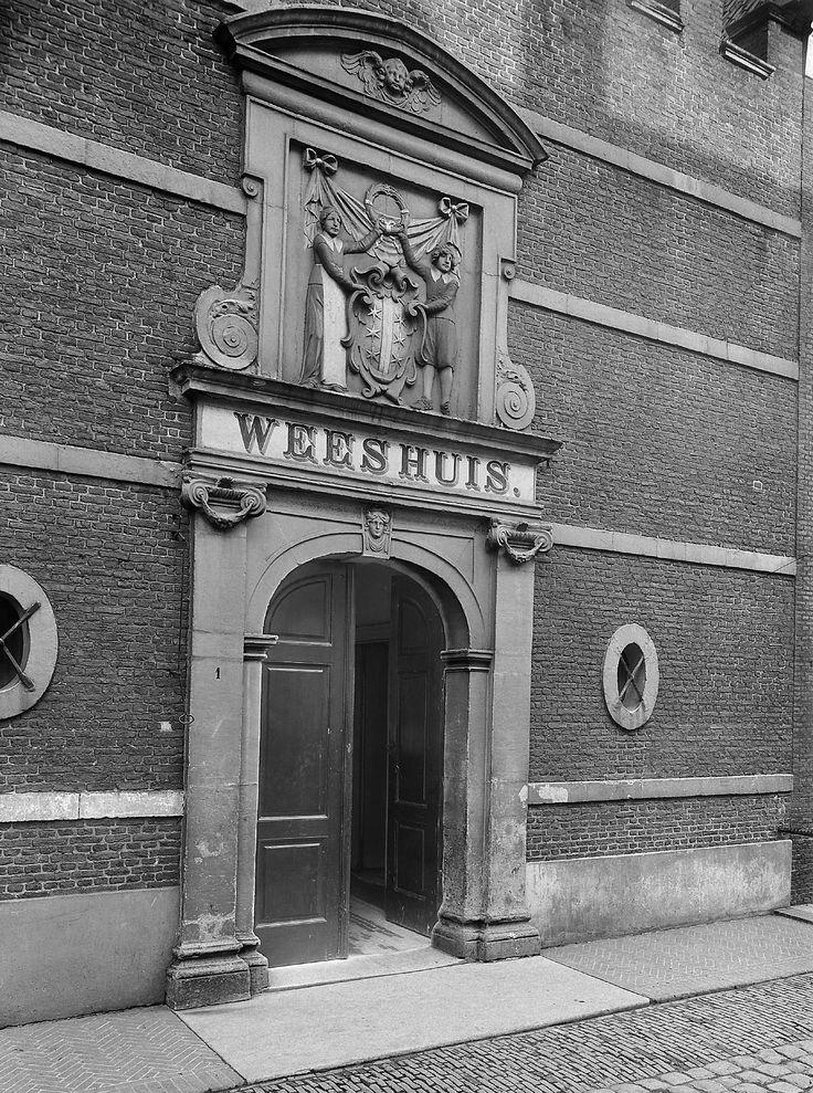 Gouda: Poort Weeshuis. 1910. Poortje met reliëf, voorstellende twee weeskinderen met het stadswapen #wezen #ZuidHolland #Gouda