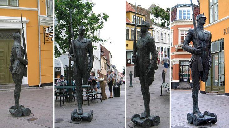 "Skulptur "" Den Standhaftige Tinsoldat"" - Overgade 19 i Odense"