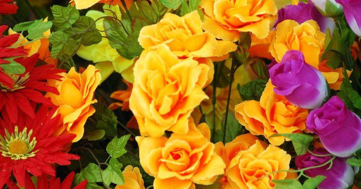 Como decorar um chapéu com uma grinalda de flores. Transforme um chapéu de palha em um chapéu enfeitado para a primavera fazendo uma simples grinalda de flores naturais para decorá-lo. Adicione algumas fitas coloridas que balançam e você poderá receber a primavera em grande estilo.