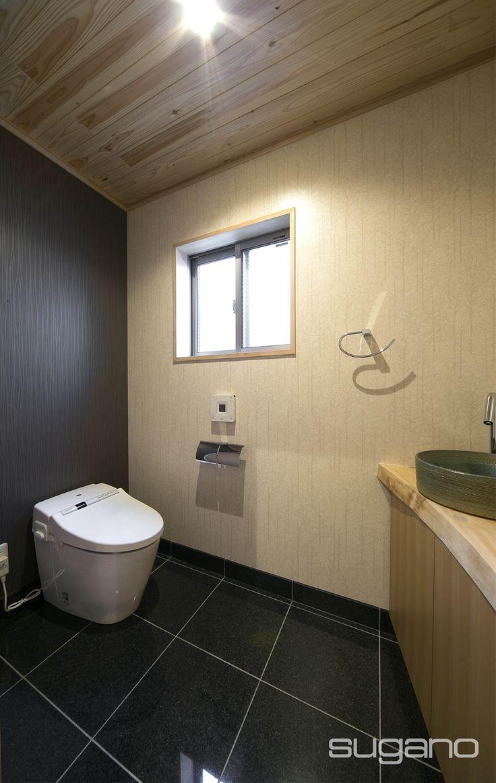 和風デザインのトイレ。床にはタイル、天井は杉板を貼りました。手洗いカウンターは無垢板です。 #和風建築 #和風住宅 #水廻り #トイレ #菅野企画設計