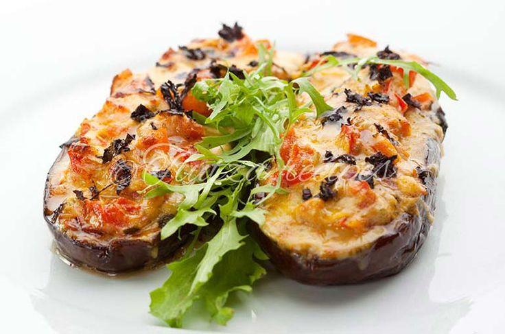 Eggplant stuffed with chicken and vegetables https://tiutza.recipes/aperitive/vinete-umplute-cu-carne-de-pui-si-legume/