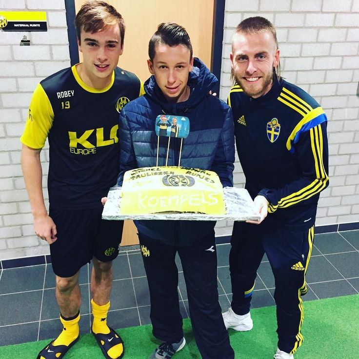 Nathan Rutjes en Mitchel Paulissen werden vandaag verrast met een overheerlijke taart gebakken door Roda JC fan Jordy! Laat het smaken Koempels!