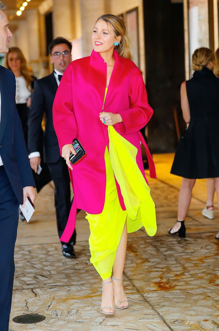 Come indossare i colori fluo? Blake Lively ci dà una lezione di stile