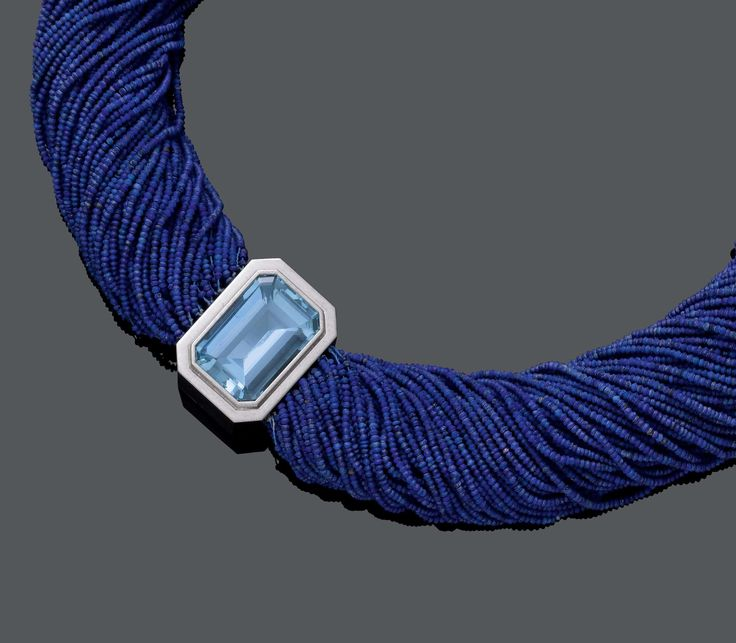 LAPISLAZULI AND AQUAMARINE NECKLACE, BARBARA HAUSER. White gold 750. Casual-decorative necklace of 100 strands of lapislazuli micro beads, the clasp set with 1 fine step-cut aquamarine weighing 30.54 ct in a solid collet setting. L ca. 50 cm. With copy of the insurance estimate, July 2014.    Weissgold 750.