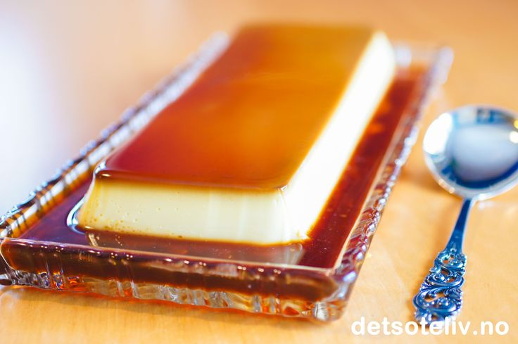 Hjemmelaget karamellpudding med lysbrun karamellsaus. Serveres helst med luftig, pisket krem og kransekake som tilbehør.