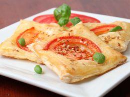 Pečivo z lístkového cesta s paradajkami