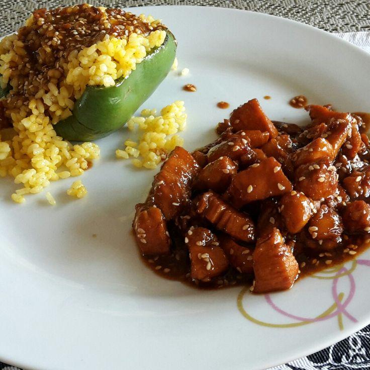 paprika gevuld met kerrie  rijst en kipblokjes in teriyaki-saus