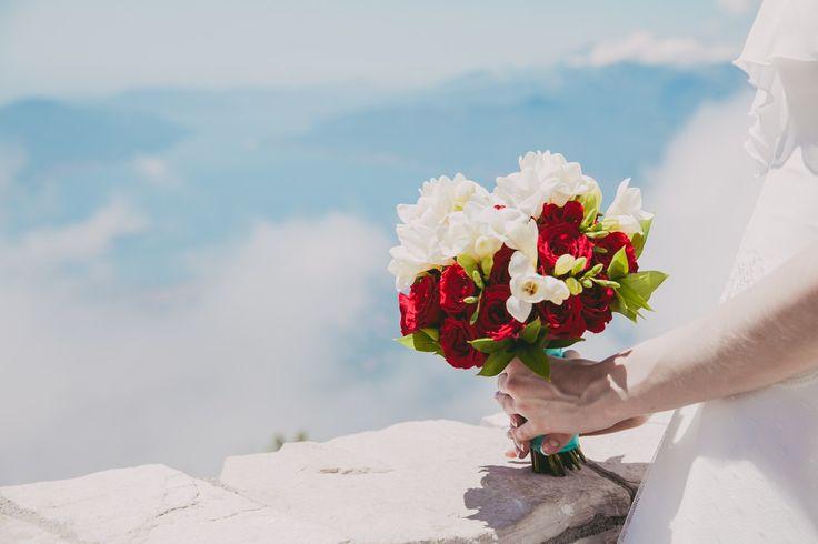 Wedding in Montenegro, Свадьба в Черногории, выездная регистрация на горе Ловчен, высота 1300 метров. Свадьба за границей. Свадьба на море, Свадьба в горах. Свадебный букет, букет невесты, bridal bouquet
