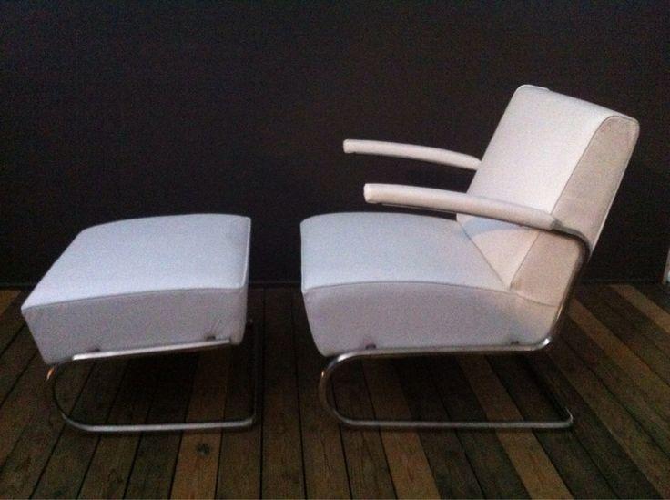 Design stoel en hocker wit Italiaans leren kussen; verchroomd onderstel;