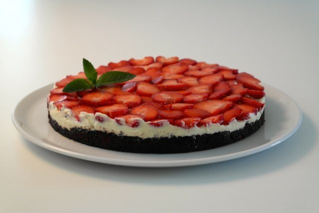 Strawberry Chocolate Cake | FoodFamily