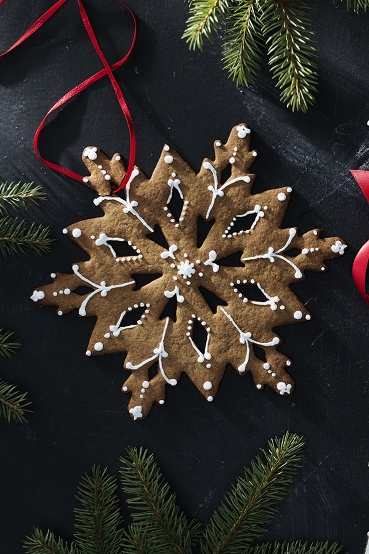 Gingerbread snowflake with icing www.panduro.com Christmas Sweets by Panduro #christmas #decoration #DIY #sweets #scandinavian #nordic #gingerbread #cookies #pepparkakor #icing #kristyr