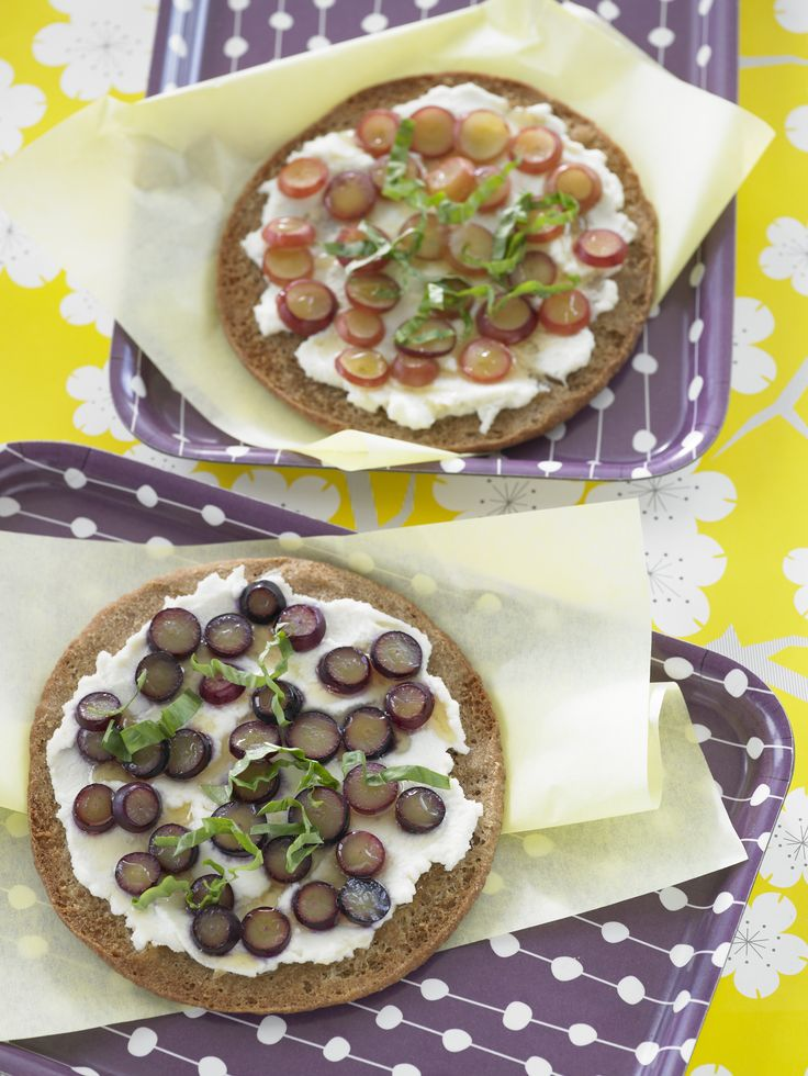 These Grape and Ricotta Pita Pizzas with crisp #GrapesfromCA are a must-try! #SummerSnack #Sweepstakes @EllieKrieger
