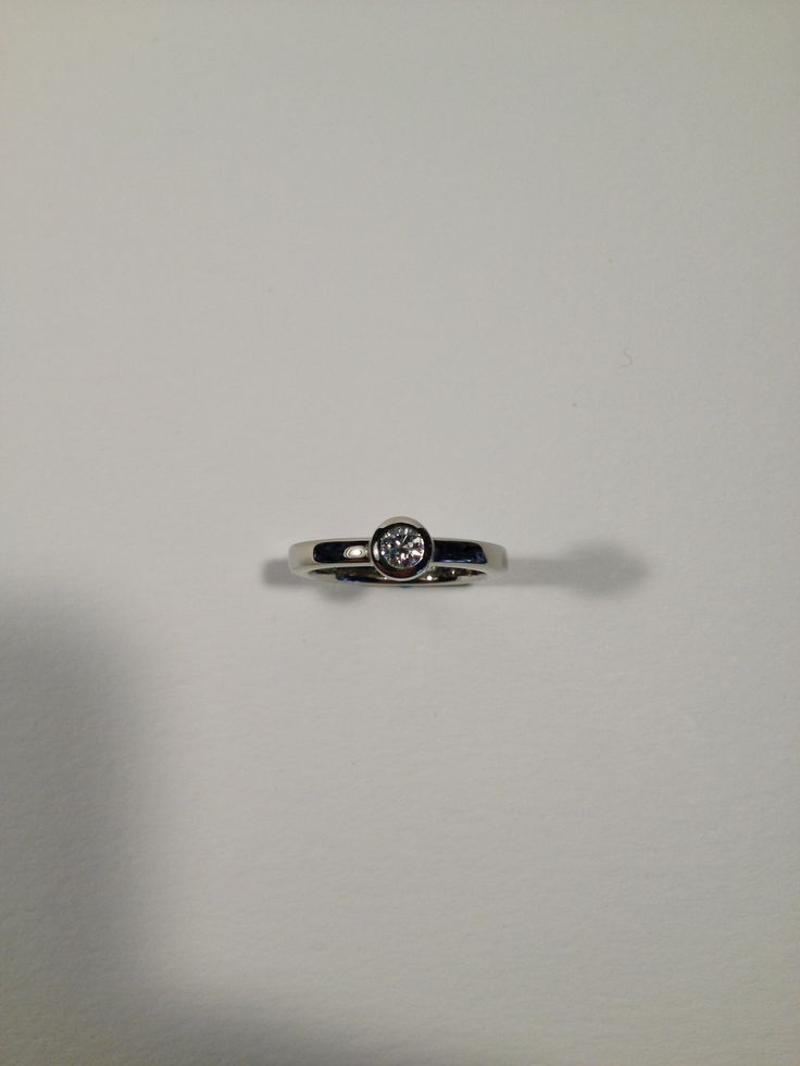 Canadian diamond ring, 18 kt gold, handmade in Vancouver by Roberto Fioravanti