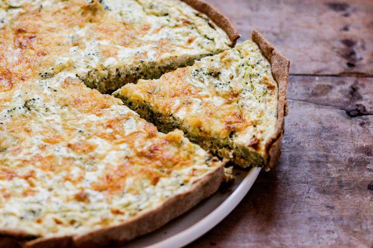 Esta tarta de brócoli y ricotta es una de mis mejores casualidades culinarias. Ideal para usar toooodo lo que tenés en la heladera.