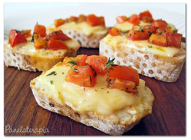 Bruschettas de Queijo com Tomates Marinados