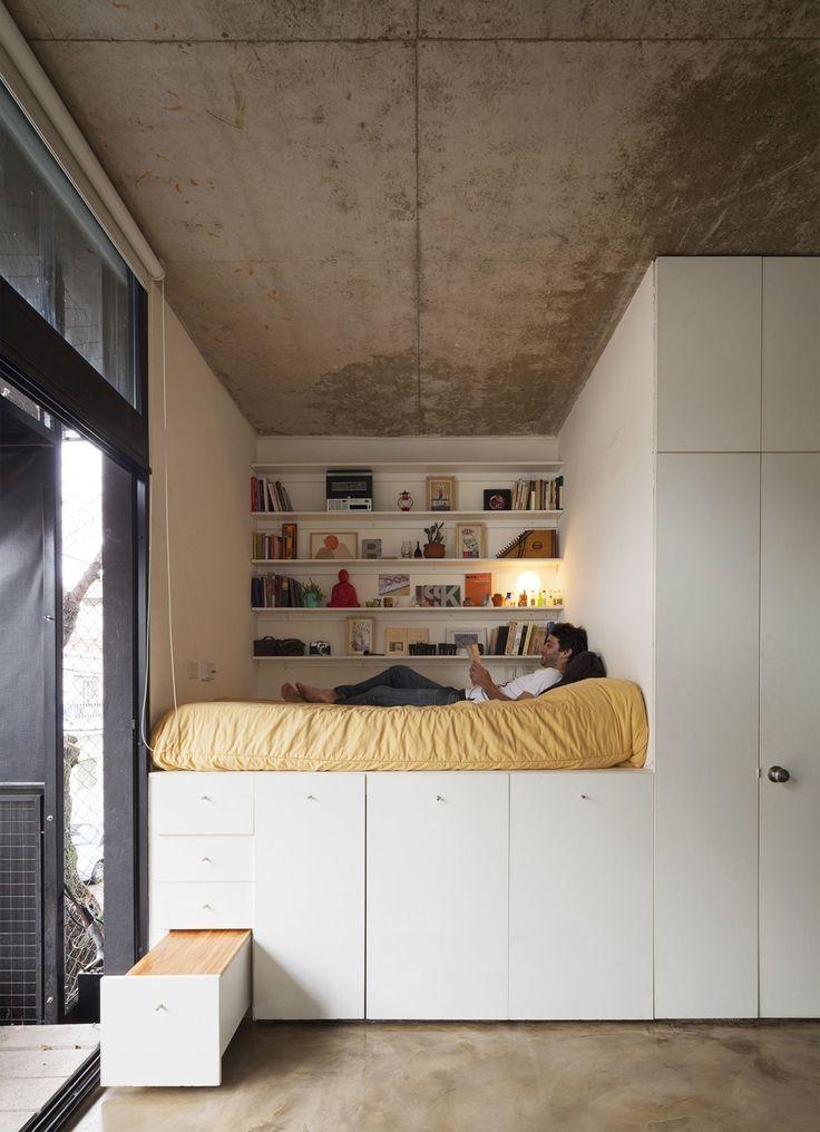 cama elevada sobre armarios