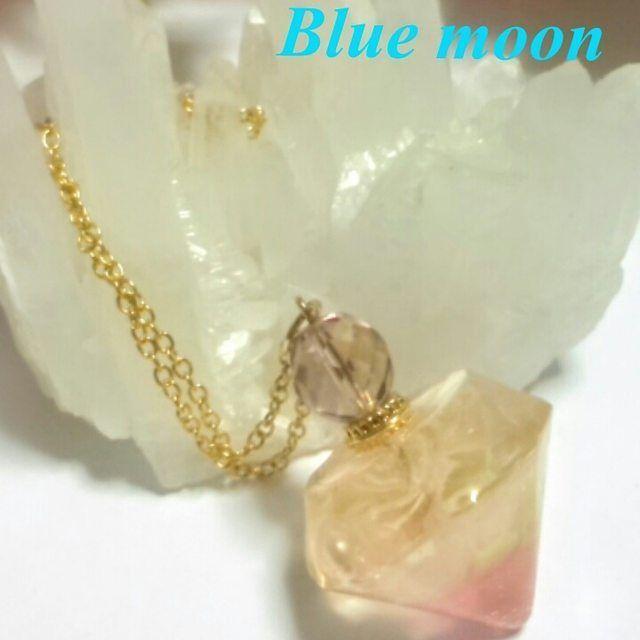 【staygold_moon999】さんのInstagramをピンしています。 《「桜香水のペンダント」香水瓶のような樹脂の中に桜の造花が一輪入っています、綺麗な淡いピンクです。  minne出品中♪ https://minne.com/items/4225017 ※作品画像の転載転用デザインの模倣複製はお断りします。  #minne#ミンネで販売中 #アクセサリー通販#桜#香水瓶#ハンドメイドアクセサリー#bluemoonaccessories#ピンク#パステル#春のアクセサリー#ペンダント#桜のアクセサリー#spring#大人可愛い#美しい#綺麗#可憐#透明感#キラキラ#スワロフスキー #》
