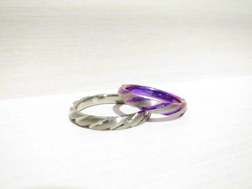 輪の結婚指輪 十六夜(いざよい)。 お肌に優しいアレルギーフリーのチタンリング。 マットな艶消しとキラリ輝くカットが魅力的なデザインです。 詳しくは、2015年4月12日の高崎工房スタッフブログ「キラキラ輝くチタンリング」でご紹介しています。