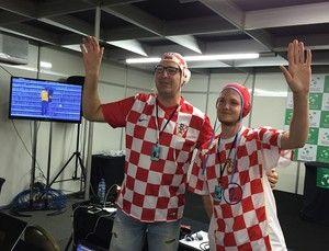 Torcedores croatas vestem chapéus de polo aquático (Foto: Thiago Quintella)