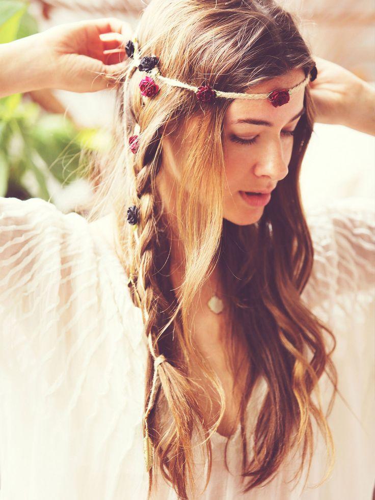 Trenzas boho salvajes y desenfadadas para la.novia hippie de Un anillo para Eva. #BodaHippie #NaturalWedding www.unanilloparaeva.com
