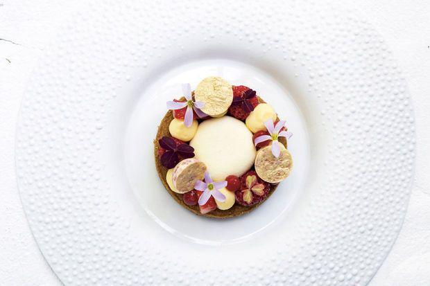 Limburgse aardbeien, witte chocolademousse en citroencrème op Bretons zanddeeg