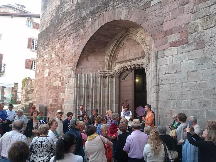 Escuchando las explicaciones de Alain, nuestro guía antes de entrar a la Iglesia de Notre Dame.