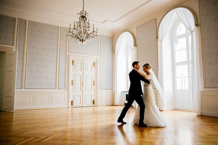 Als Hochzeitsfotograf in Schweinfurt hatten wir das Glück diese wundervolle Hochzeit zu begleiten und berichten gern darüber in unserem Blog  www.movies-art.de | authentische Hochzeitsfotografie und Hochzeitsfilme | MoviesArt | Hochzeitsfotograf | Hochzeitsfeier | Bräutigam | Braut | Brautpaar | Hochzeit | Hochzeitstanz | erster Tanz | Hochzeitskleid | Brautstrauß | Konfetti | Brautschleier | vsco | Hochzeitsfotografie | Videograf | Hochzeitsfilm | Hochzeitsvideo