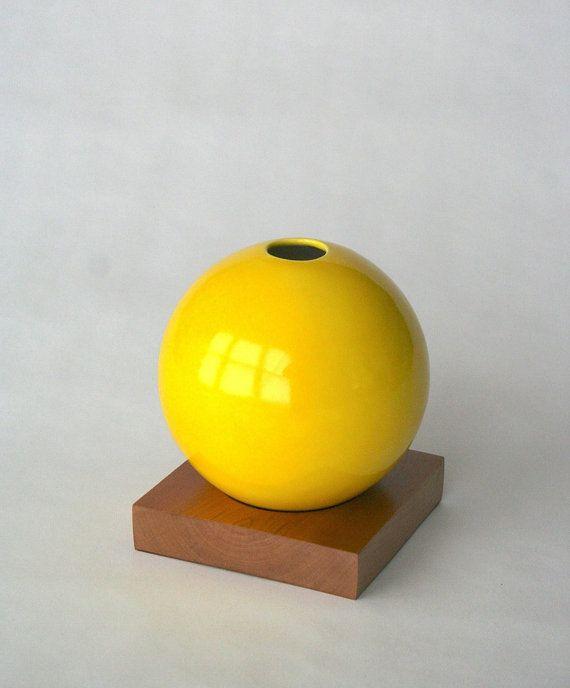 vaso giallo vaso in ceramica e legno vaso in di snicholsstudio