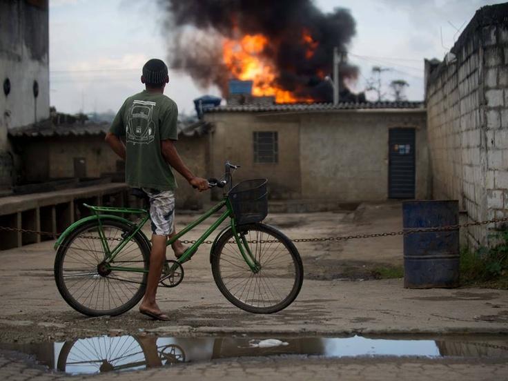 Mauro Pimentel Incêndio em Duque de Caxias, baixada fluminense do Rio de Janeiro. Foto de Mauro Pimentel/Terra