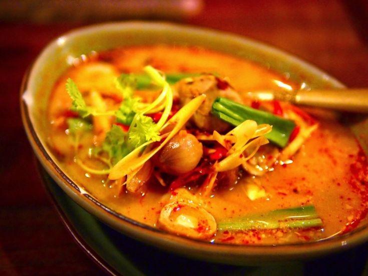 タイ料理を代表するスープといえば「トム・ヤム・クン」です。甘さ・辛さ・酸っぱさが一体となった不思議な味わいと独特の香りは、なかなか日本では味わうことができない料理、いつの間にか病みつきになってしまう方も多いのでは?そんな魅力的な「トム・ヤム・クン」お店によって全然味が違います。今回は迷う必要なく行ける、美味しいと評判の名店をご紹介します。具だくさんなトムヤンクンやココナッツ入りのもの、さらには素敵な空間が魅力的なお店など、食べるのならこの5店舗に絞れば間違いないでしょう。
