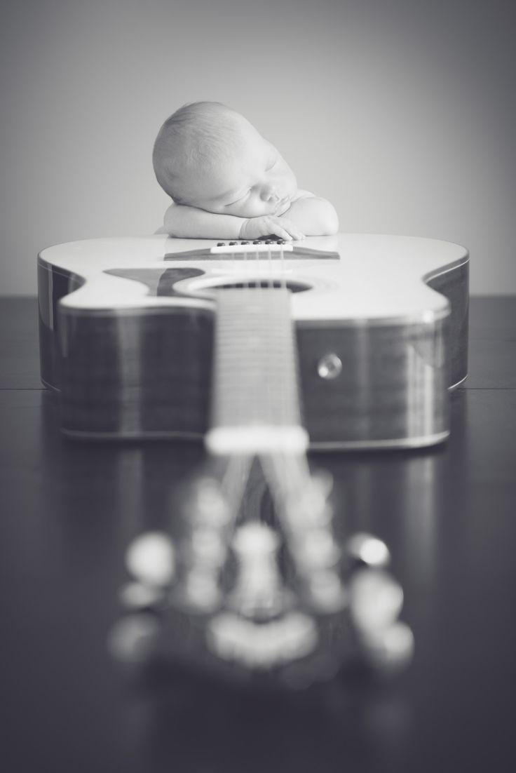 Neugeborene Gitarrenpose © Melisa Christine Photography   – Baby photo session