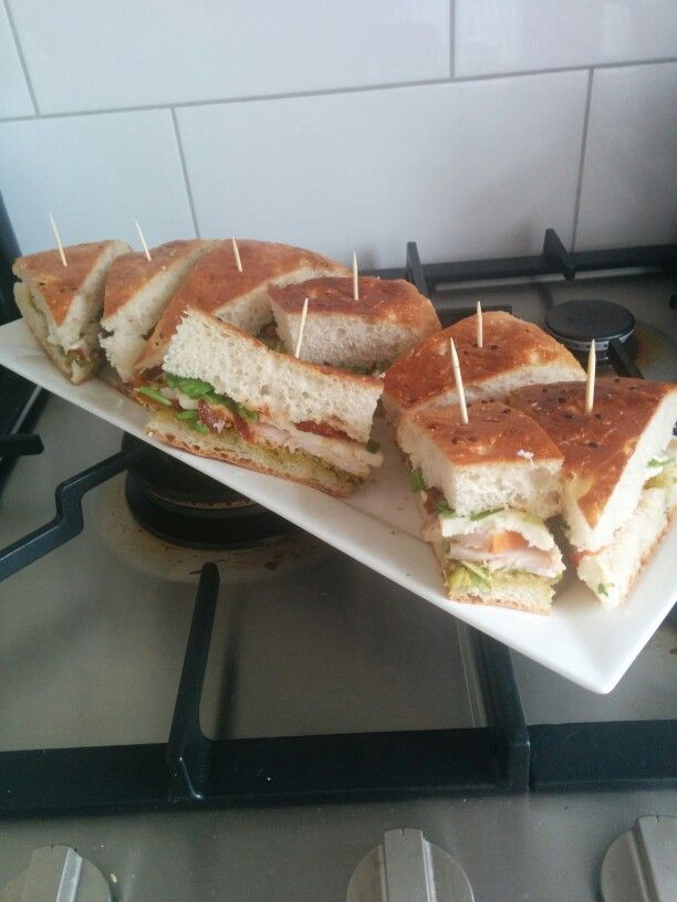 Turks brood met gerookte kip, pesto, mozerella en zongedroogde tomaat
