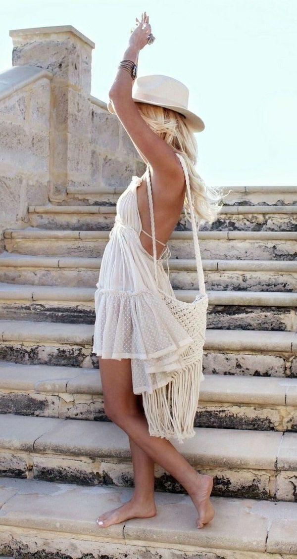 une robe de plage de style bohémien , chapeau en paille beige