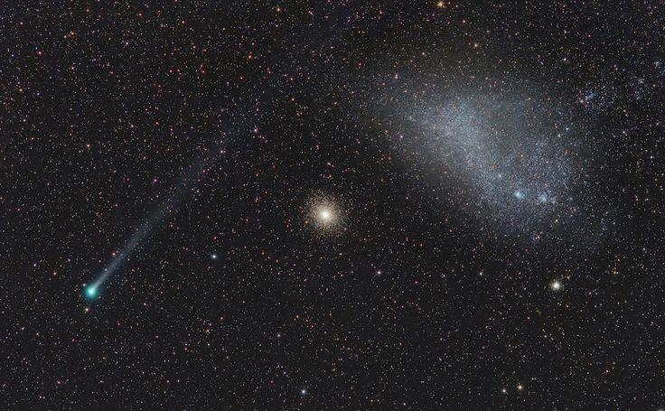Cometa Lemmon, um aglomerado globular e a Pequena Nuvem de Magalhães capturados em uma única fotografia.