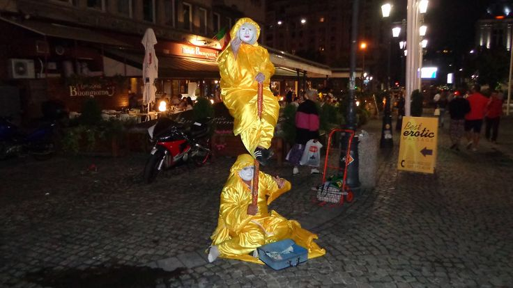 Street performers uses Indian illusion trick! Levitation, balance or flo...