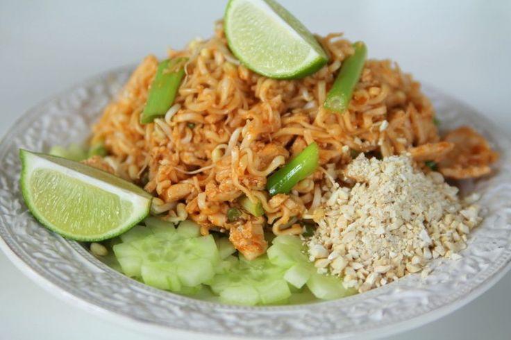 3 kycklingfileer 300 gram nudlar / risnudlar 2 gul lök 3 vårlökar  Pad Thai såsen: 1  msk fisksås 1 1/2 msk ostronsås 1/2 – 1 msk soya 3 vitlöksklyftor 3 msk vatten saften av 1 lime 1- 2 chilifrukter 1 tsk med socker  2 1/2 dl  groddar 2 ägg (lättvispade)  Garnering : Hackad färsk koriander & hackade jordnötter