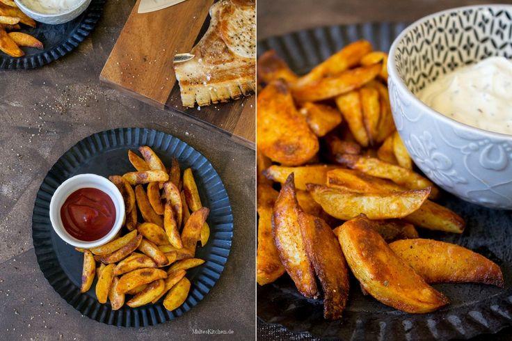 Rezept für würzige und knusprige Kartoffelecken, die ca. 45 Minuten im Ofen gegart werden. Dazu passt Sour Creme.