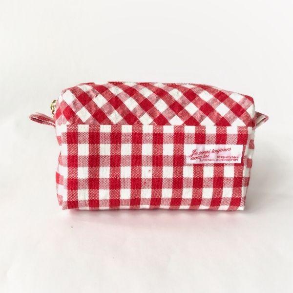 赤と白のブロックチェック柄の綿麻生地のボックス型ポーチです。上部と下部とで生地の切り出し方を変えて接ぎ合わせ、ブロックチェック柄に表情を持たせました。内布はシンプルなダンガリー生地を使用しました。玉付きファスナーは手に馴染みが良く開閉もラクラクです。表布、内布どちらにも接着芯を使用し、しっかりとした張りのある仕上がりです。●カラー:赤×白●サイズ:縦9.5cm 横15cm マチ5cm●素材:綿麻、綿、タグ、接着芯、16cmファスナー●注意事項:型崩れ防止の為、お洗濯はお控えください。モニターと実物では色が異なって見える場合があります。ひとつひとつ手作りしていますので、柄の出方や縫い目等に個体差があります。手作り品の良さとしてご理解いただけると幸いです。生地の性質上、所々にネップがあります。天然素材の風合いとしてお楽しみください。●作家名:aianz#可愛い #大人かわいい #おしゃれ #マチ付き #ナチュラル #布製 #布雑貨 #レディース #カジュアル #布小物 #シンプル #手作り #コスメポーチ #コスメ入れ #がま口 #化粧ポーチ #デジカメケース #小物入れ…