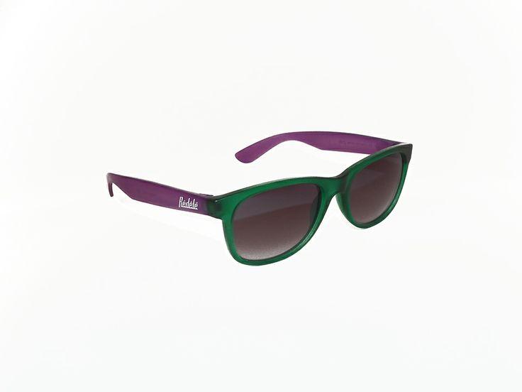 """Rèdèlè """"BUZZ"""". Modello gommato, con montatura verde con aste viola. Le lenti grigio sfumato. Modello unisex.  http://www.otticagelmi.com/shop/donna/occhiale-sole-redele-buzz/"""