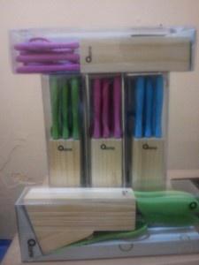 PISAU DAPUR SET OXONE dilengkapi Rak kayu yang akan mempercantik tampilan dapur anda dan memudahkan kita menyimpas pisau serta aman dari jangkauan anak – anak  PISAU OXONE dibuat dari Stainless Steel yang berkualitas tinggi, dengan gagang plastik yang ringan dan mudah Anda gunakan.  PISAU OXONE OX-961 terdiri dari 3 pilihan warna  Pink biru hijau  KLIK www.homeshopping.name