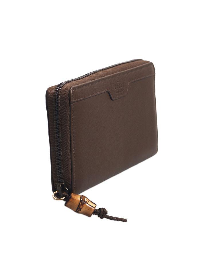 Portafoglio GUCCI in pelle colore verde fango, chiusura a zip, interno con portamonete e taschini.