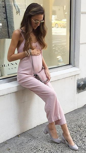 A Feminine Monochrome Look of a Jumpsuit, a Chainstrap Bag, and Pumps