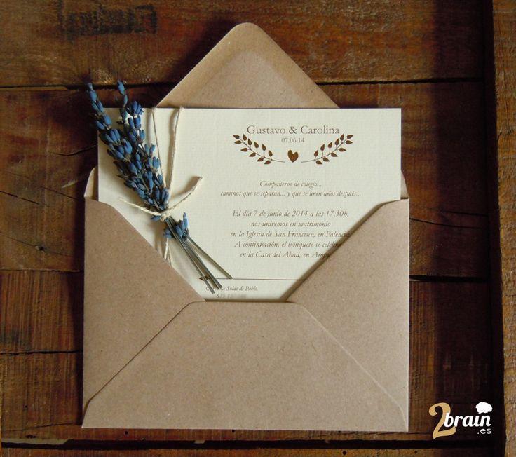 Un estilo refinado y más campero es lo que anuncia esta invitación. Tipografía en cursiva con serifa, tonos marrones, papel verjurado,… y una ramita de lavanda para aromatizar tanto la invitación como el sobre. Un detalle que animará a aceptar la boda de tu invitado.